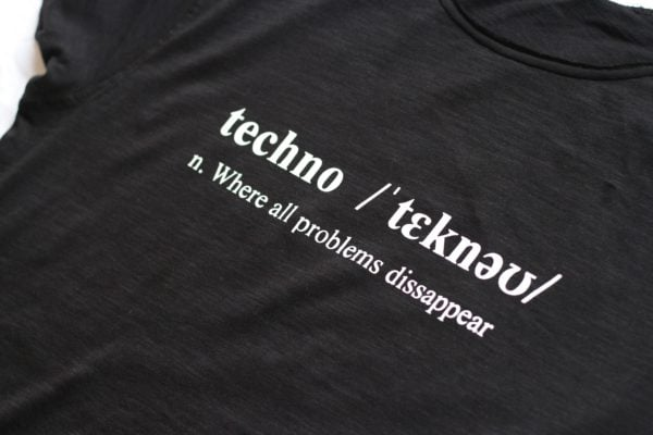 camiseta negra techno definition
